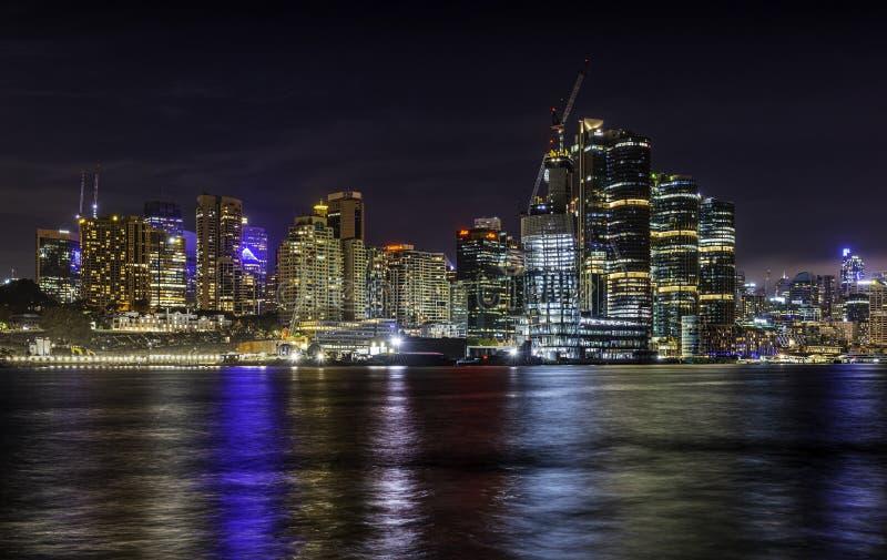 Взгляд ночи иконических Millers право пригородов указывает и Barangaroo стоковое фото