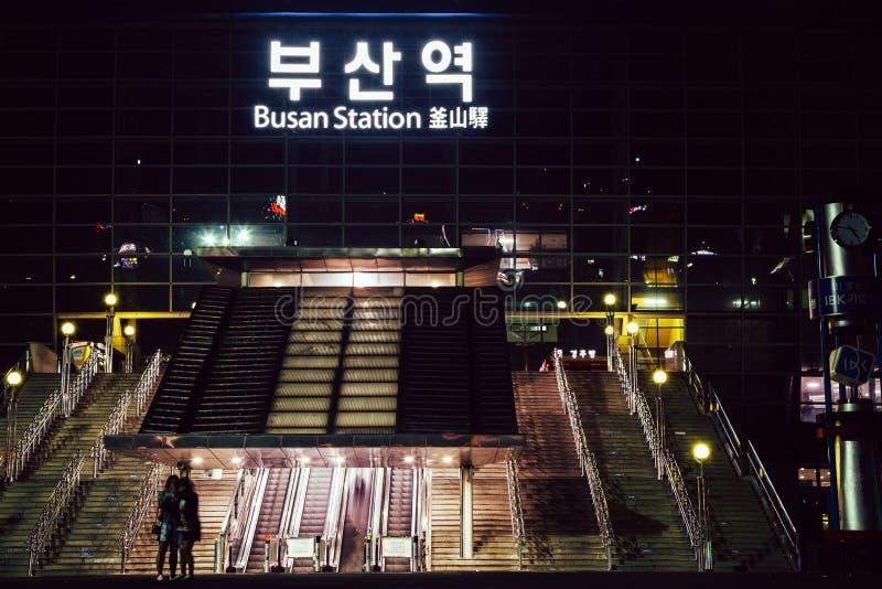 Взгляд ночи квадрата вокзала Пусана в Корее стоковое изображение