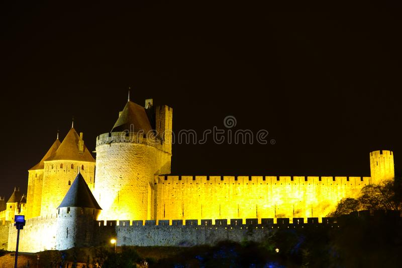 Взгляд ночи крепостной стены и башен замка Каркассона стоковое изображение rf