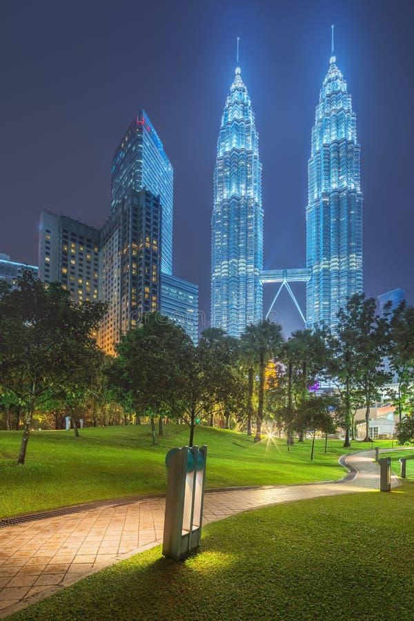 Взгляд ночи Куалаа-Лумпур с thunderbolt стоковые фото