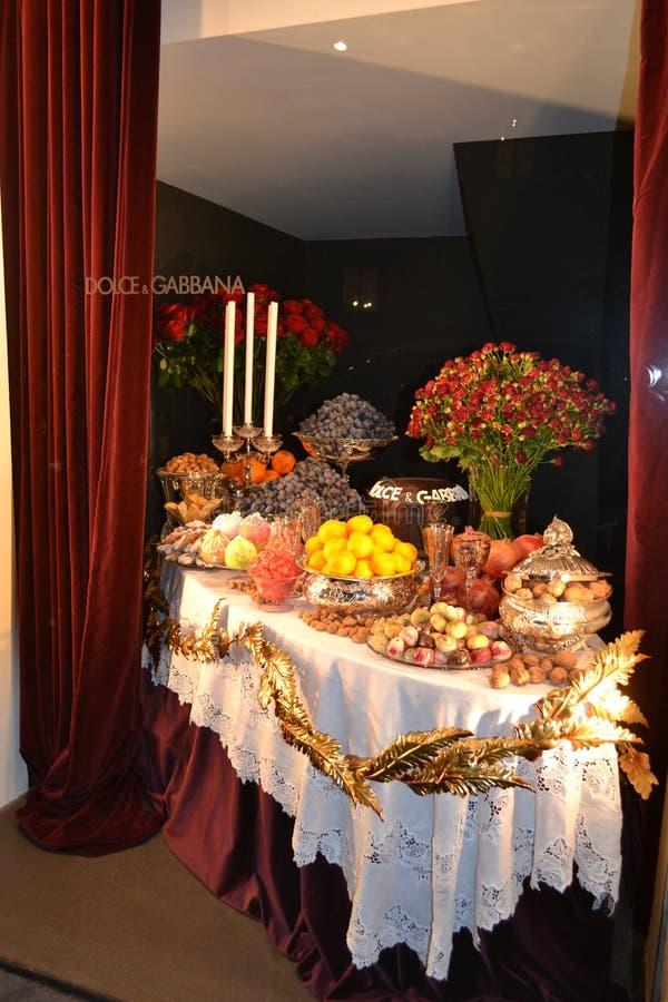 Взгляд ночи к магазину модной одежды Dolce & Gabbana для женщин украшенных на праздники рождества стоковое фото