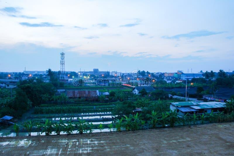 Взгляд ночи ландшафта города промышленного на Таиланде стоковое фото rf