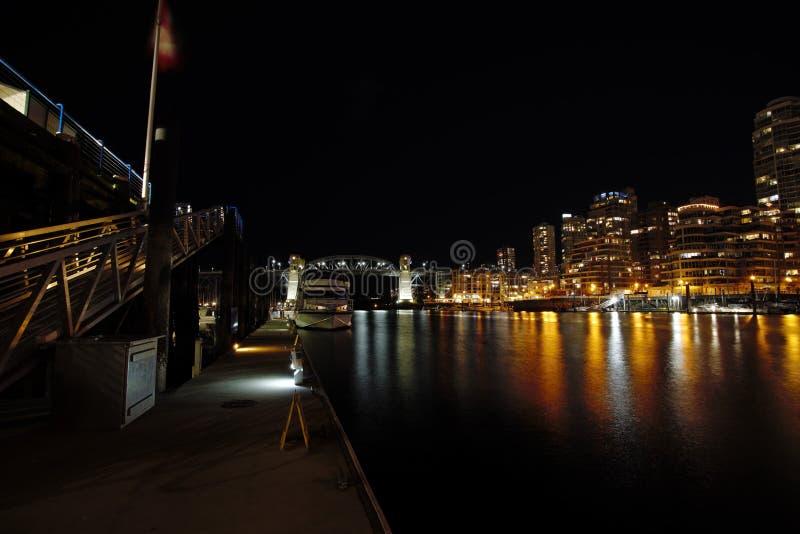 Взгляд ночи моста Burrard стоковые изображения