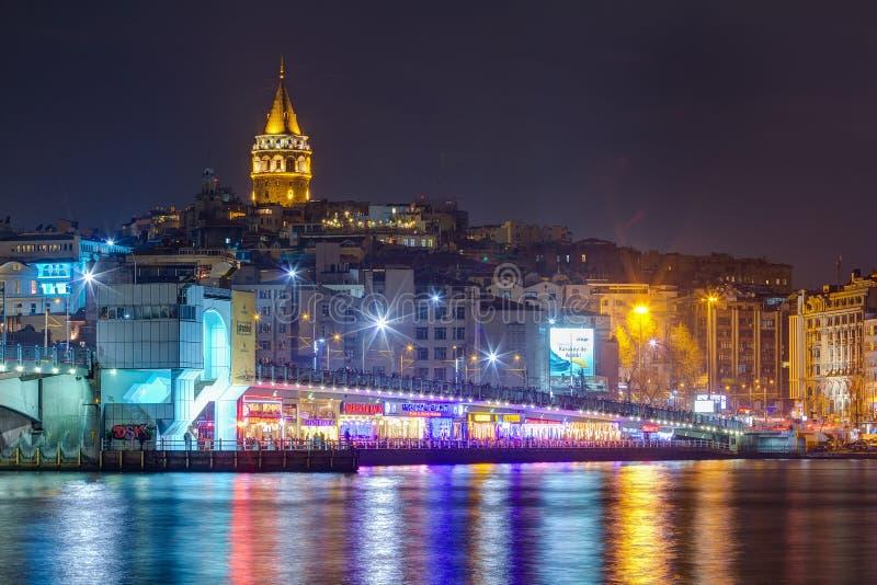 Взгляд ночи моста Galata и башни, Стамбула, Турции стоковое изображение rf