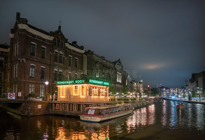Взгляд ночи над последней частью Rokin где неподвижная вода с на переднем плане офисом компании Kooi круиза канала стоковое фото