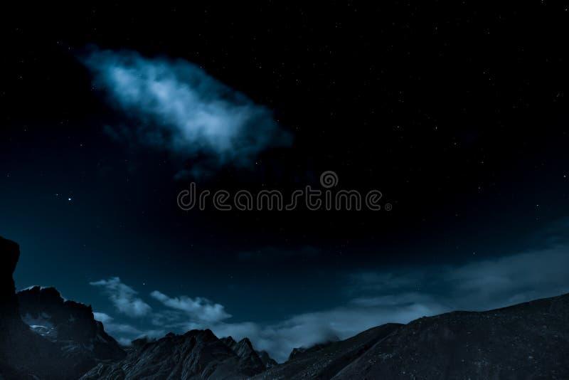 взгляд ночи неба на государстве Кашмира взгляда горного пика, Индии стоковая фотография rf