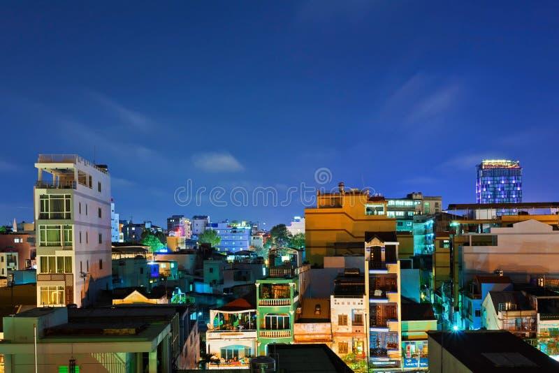 Взгляд ночи одного из самых старых районов в Хошимине стоковые изображения