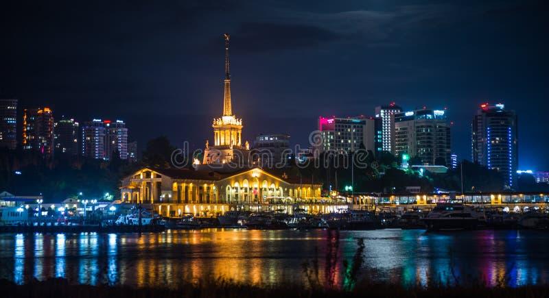 Взгляд ночи порта Сочи загорелся светами, Россией стоковое фото