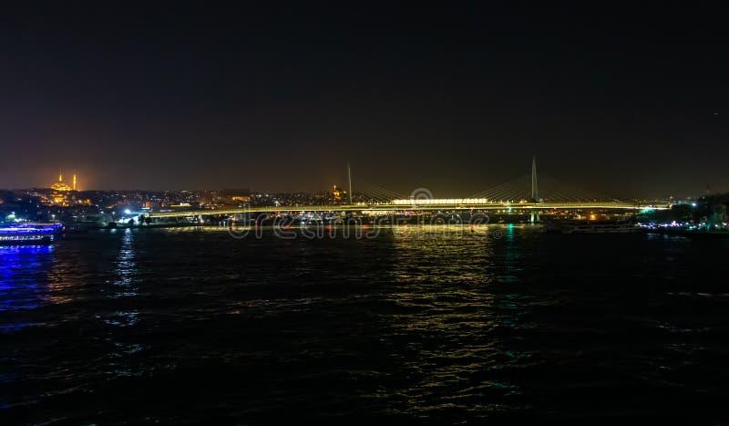 Взгляд ночи пролива Bosphorus и моста Galata в Стамбуле, Турции стоковое изображение rf
