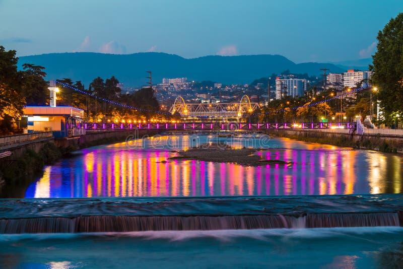 Взгляд ночи реки Сочи и моста Malyy Kubanskiy стоковое изображение rf