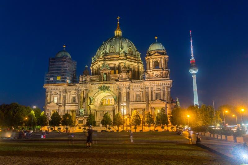 Взгляд ночи собора Берлина и башни телевидения увиденных от Lustgarten стоковые фото