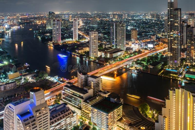 Взгляд ночи современного города Бангкока в Таиланде стоковые фото