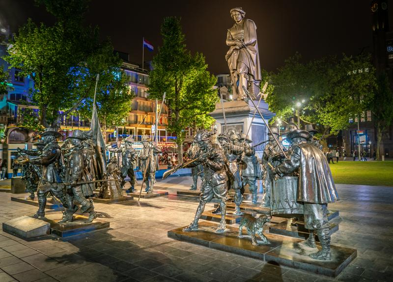 Взгляд ночи статуй основал на известном Рембрандте крася Nightwatch на Rembrandtplein в центре Амстердама стоковое фото rf
