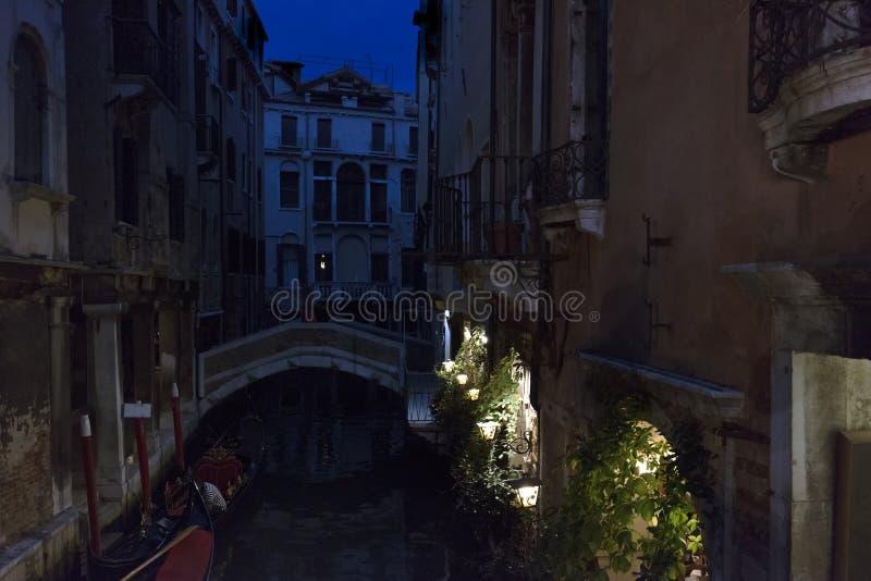 r Венеция Взгляд ночи чудесного традиционного венецианского канала с мостом над ним стоковые фотографии rf