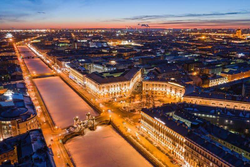 Взгляд ночи широкоформатный обваловки реки Fontanka и моста Lomonosov в Санкт-Петербурге стоковые изображения