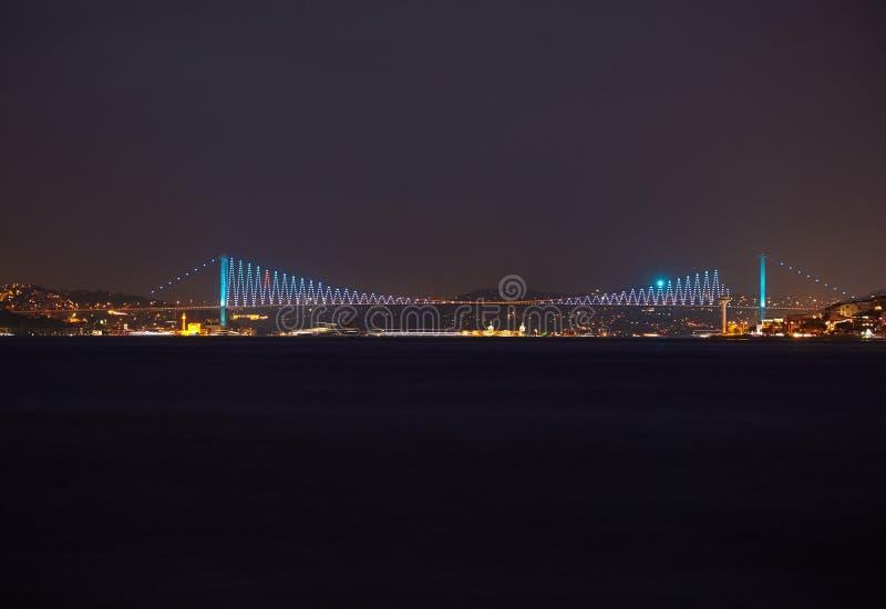 Взгляд ночи Bosphorus с мостом Bosphorus Стамбул стоковая фотография