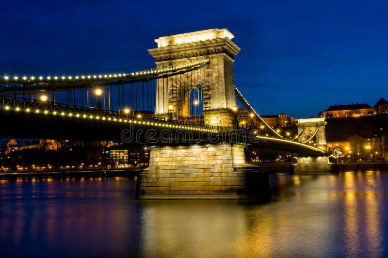 взгляд ночи budapest моста цепной стоковые изображения