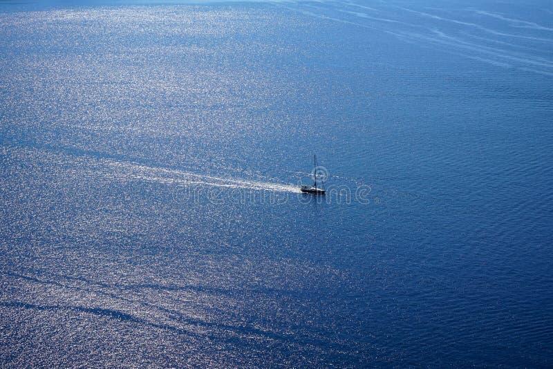 Взгляд обширной голубой эгейской предпосылки космоса экземпляра seascape с парусным судном и океан мочат отражение солнечного све стоковые фото