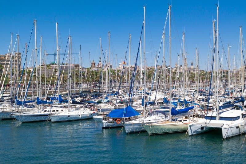 Взгляд одного порта Vell Барселоны океана с много красивых причаленных яхт Барселона, Испания - 2-ое мая 2016 стоковые фотографии rf