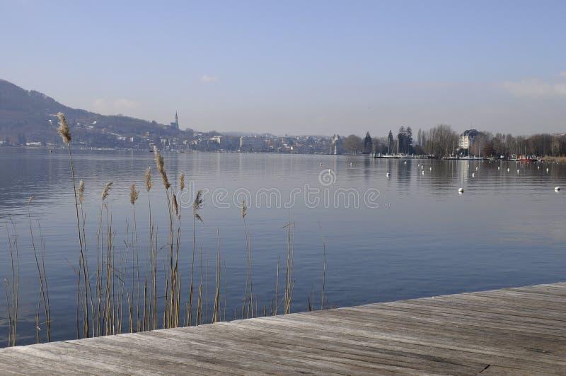 взгляд озера города annecy стоковая фотография