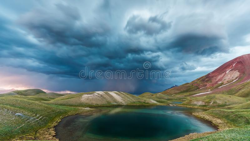 Download Взгляд озера Tulpar Kul в Кыргызстане во время шторма Стоковое Изображение - изображение: 104274211