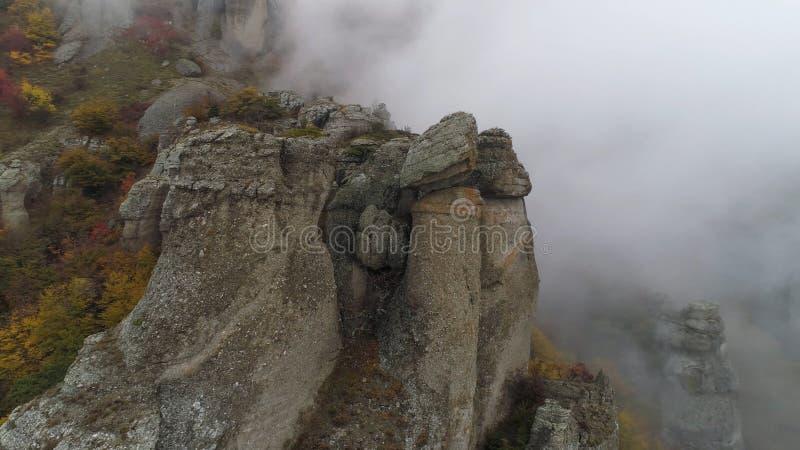 Взгляд около каменного штендера скалы съемка Взгляд сверху каменного штендера утеса с причаливая сильным туманом Ландшафт осени стоковое фото rf