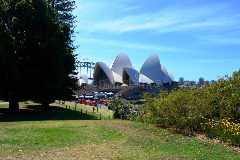 Взгляд оперного театра от королевского ботанического сада, Сиднея стоковая фотография rf