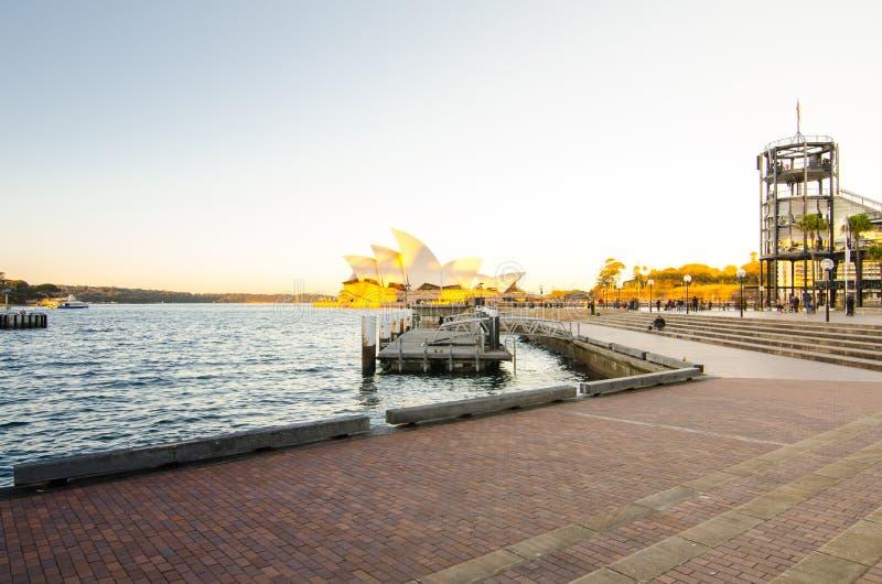 Взгляд оперного театра Сиднея от молы бухты ` s Campbell на свете захода солнца стоковое изображение rf