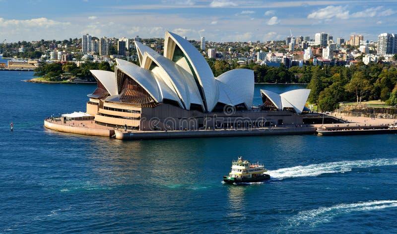 Взгляд оперного театра Сиднея от моста гавани Сиднея стоковые фото
