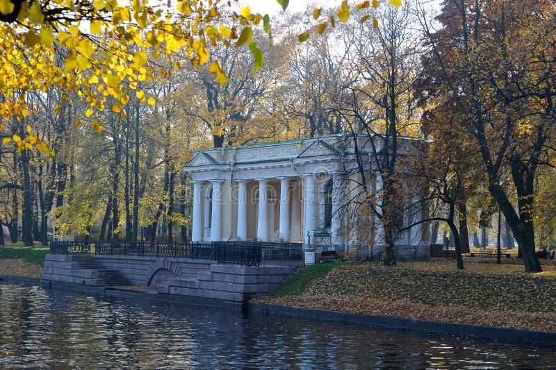 Взгляд осени павильона Carlo Rossi в Mikhailovsky Гаре стоковое фото rf