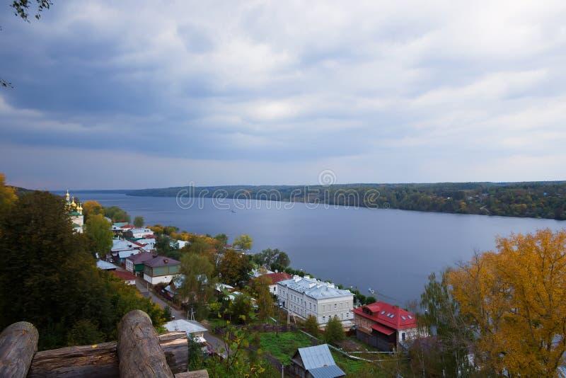 Взгляд осени русского реки Волга от главного холма городка Plyos стоковые фотографии rf