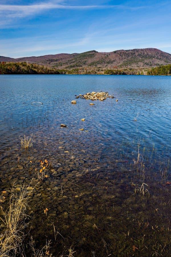 Взгляд осени Beautful резервуара бухты Carvins, Roanoke, Вирджинии, США стоковые изображения rf
