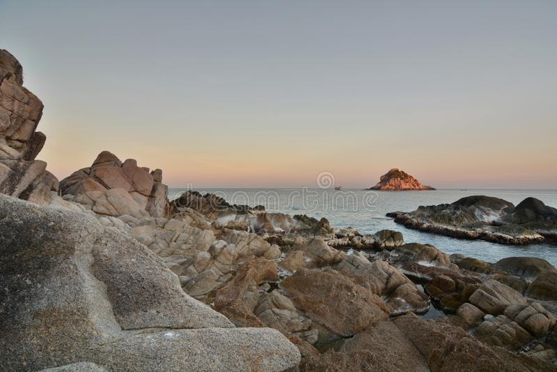 Взгляд острова акулы на заходе солнца koh tao Архипелаг Chumphon r стоковое изображение rf