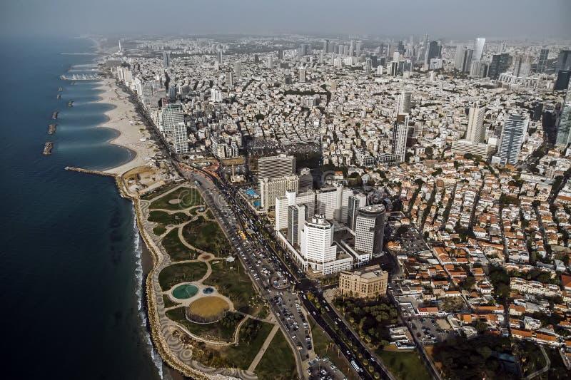 Взгляд от берега к современному району Тель-Авив Взгляд сверху столицы Израиля Чистый красивый пляж в городе стоковые изображения