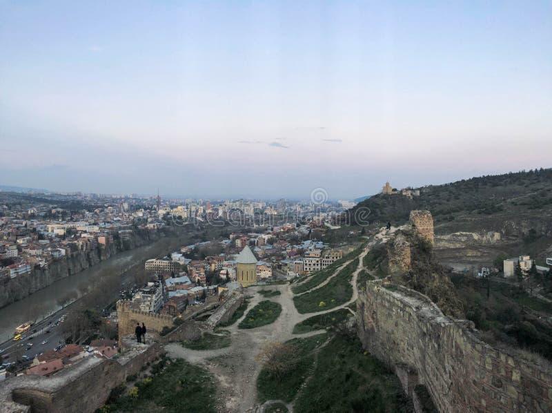 Взгляд от верхней части от высоты красивого туристского города со зданиями и домами, крыш деревьев и заводов, природы стоковое изображение rf