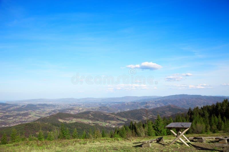 Взгляд от вершины горы к более низким холмам Польский пейзаж r стоковое изображение