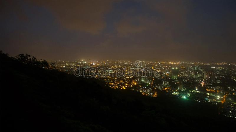 Взгляд от вершины горы, Mumbi ночи, Индия стоковые фото