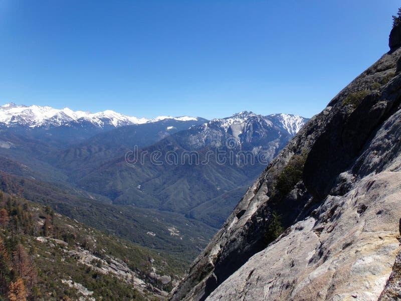 Взгляд от вершины утеса Moro обозревая снежные горы и долины - национальный парк секвойи стоковые изображения rf