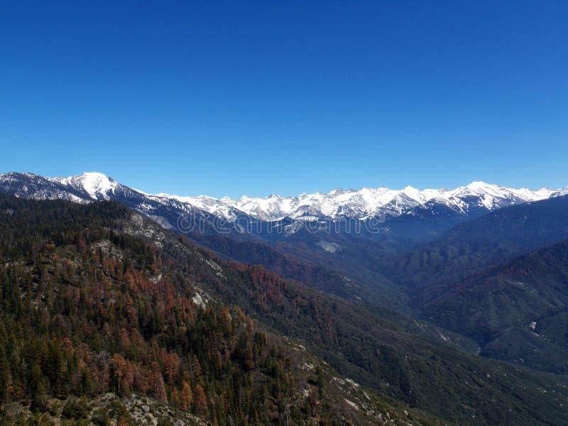 Взгляд от вершины утеса Moro обозревая снежные горы и долины - национальный парк секвойи стоковое изображение