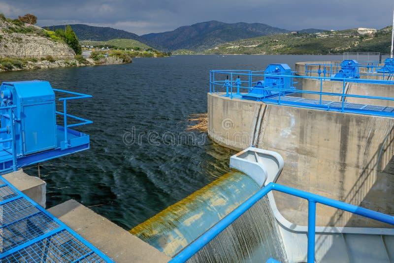 Взгляд от ворот шлюза на запруде Germasogeia смотря к резервуару и горам стоковые фотографии rf