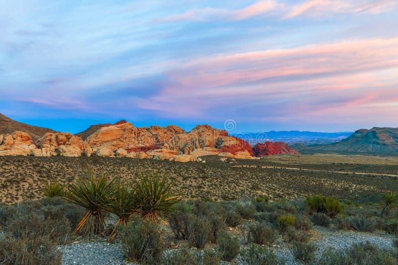 Взгляд от высокой точки обозреть на заходе солнца Зона консервации красного каньона утеса национальная Невада r стоковые фотографии rf