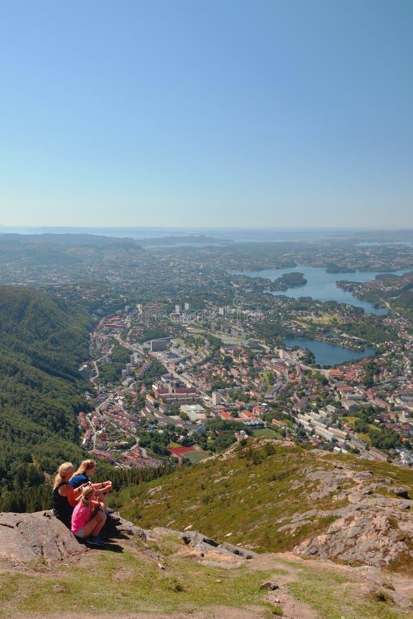 Взгляд от горы на городе и своих близостях bergen Норвегия стоковые изображения rf