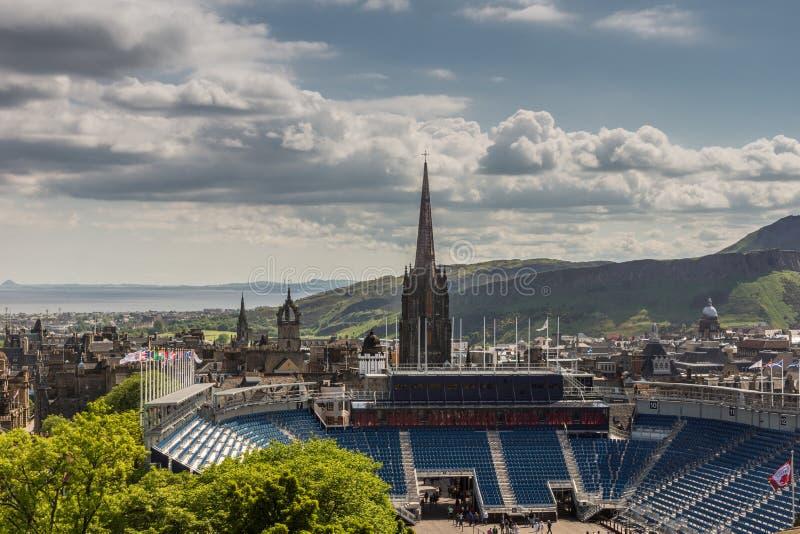 Взгляд от замка вдоль королевской мили, Эдинбурга, Шотландии стоковые изображения