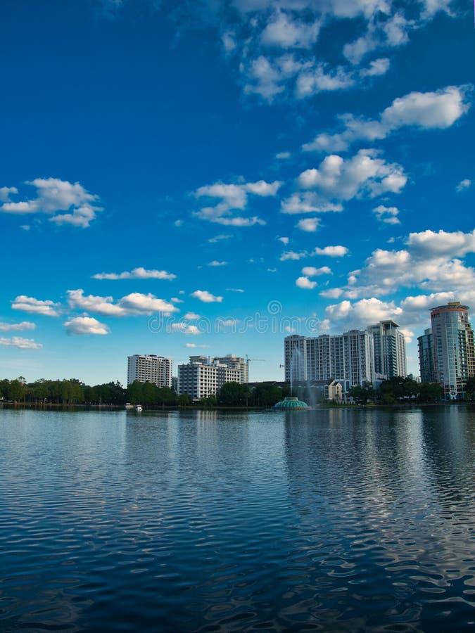 Взгляд от края озера стоковая фотография