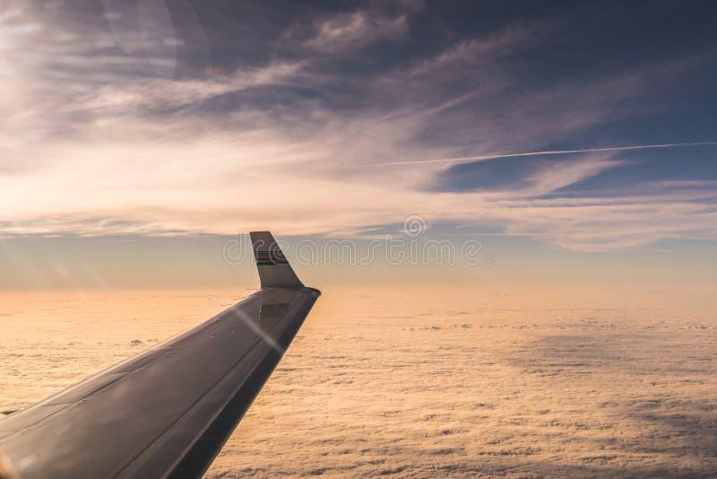 Взгляд от крыла самолета реактивного самолета авиации общего назначения на восходе солнца стоковое изображение rf