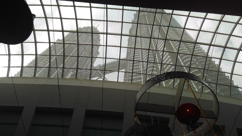 Взгляд от крытого угла Башен Близнецы Petronas, Малайзии стоковое изображение
