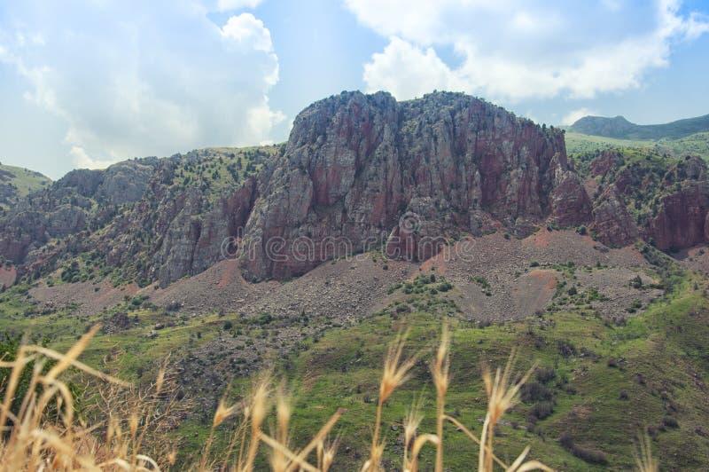 Взгляд от монастыря Noravank на красных горах, зеленых холмах и голубом небе Армении стоковые фото