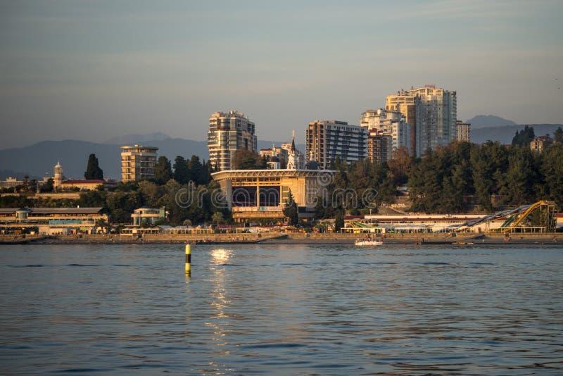 Взгляд от моря в центральной прогулке города с многоэтажными зданиями ` фестиваля ` концертного зала лета на заднем плане стоковое изображение