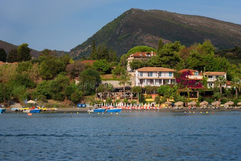 Взгляд от моря к пляжу ажио Sostis, острова Закинфа, Греции Типичная архитектура острова стоковые фотографии rf