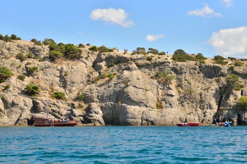 Взгляд от моря на развлечениях туристских шлюпок на r стоковое изображение